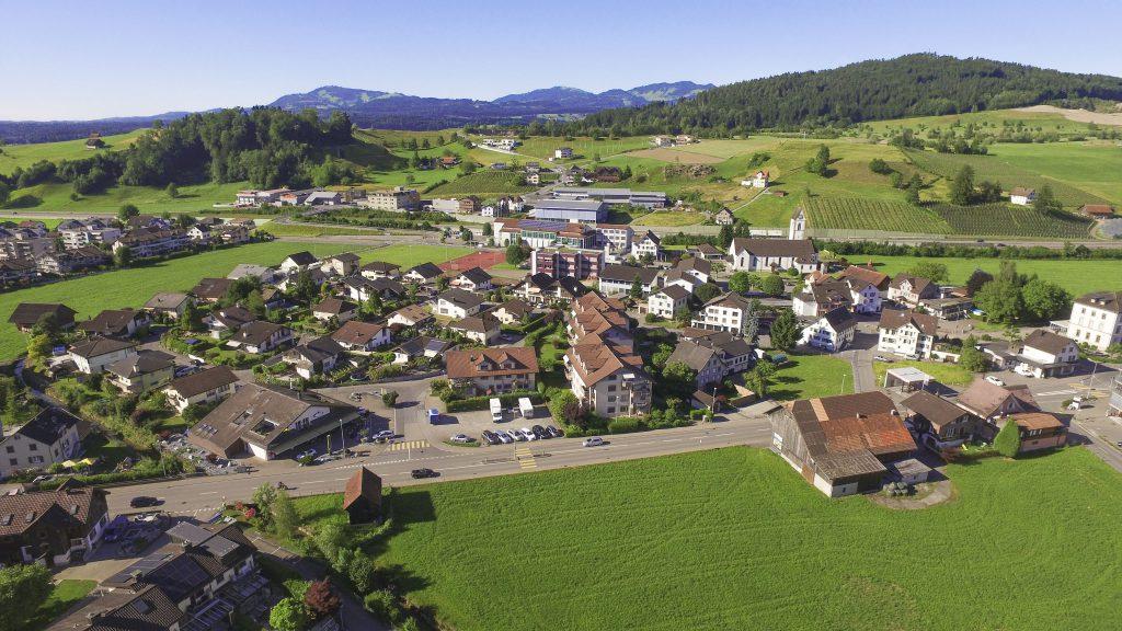 Sonnenwiese inmittem vom Dorf Wangen